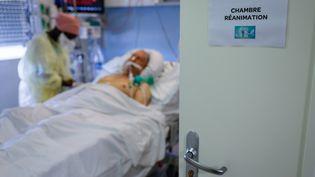 Un patient, atteint du Covid-19, pris en charge dans le service de soins intensifs dans un hôpital de Stains, près de Paris, en novembre 2020. (THOMAS SAMSON / AFP)