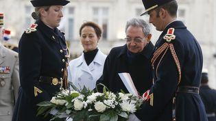 Ségolène royal, en compagnie du président cubain Raul castro, à Paris en février 2016. (JACKY NAEGELEN / POOL)