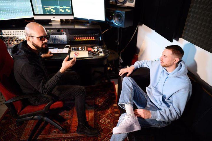 """Timothée Adolphe en studio lors de l'enregistrement de son nouveau titre, intitulé """"Olympe II"""". (Anouk Flesch)"""
