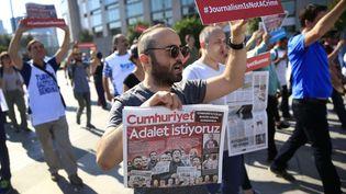 """Des manifestants marchent en direction du palais de justice à Istanbul, en Turquie, le 24 juillet 2017, pour dénoncer le procès intenté à 17employés du journal d'opposition """"Cumhuriyet"""". (LEFTERIS PITARAKIS / AP / SIPA / AP)"""