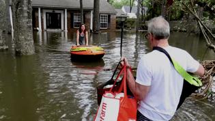 Clara et son père rentrent dans leur maison inondée de Houston, qu'ils ont dû quitter au plus fort de la tempête Harvey. (RADIO FRANCE / GILLES GALLINARO)