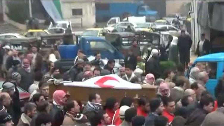 Capture d'écran d'une vidéo montrant les funérailles d'un responsable du Croissant-Rouge, Abdelrazak Jbeiro, àIdleb, en Syrie, le 26 janvier 2012. (nk)