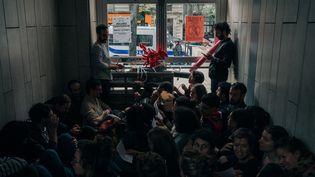 Des militants bloquent des entrées du centre commercial Italie 2, le 5 octobre 2019 à Paris. (MATHIAS ZWICK / HANS LUCAS / AFP)