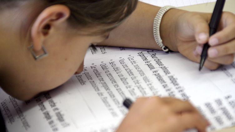 Une élève malvoyante à l'école primaire du Château à Nice, le 6 septembre 2007. (VALERY HACHE / AFP)