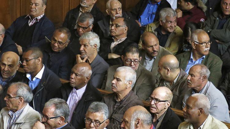 """Des """"chibanis"""", anciens travailleurs marocains de la SNCF, le 15 mai 2017, lors d'une audience de la cour d'appel de Paris. (SYLVIE HUSSON / AFP)"""