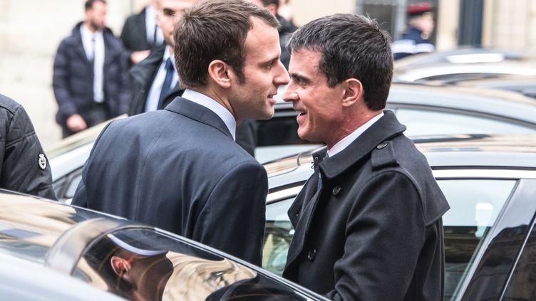 Emmanuel Macron, alors ministre de l'Economie, avec Manuel Valls, alors Premier ministre, dans la cour de Matignon, à Paris, le 10 mars 2016. (CITIZENSIDE/YANN KORBI / CITIZENSIDE)