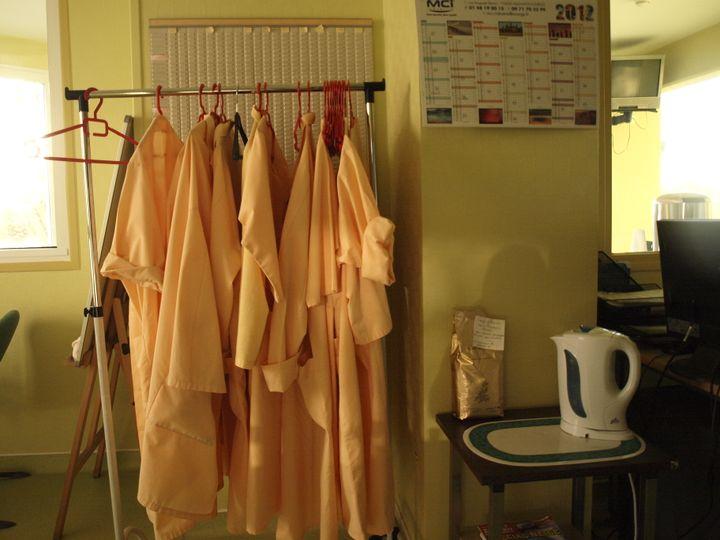 Dans la salle des accompagnateurs bénévoles de la clinique Saint-Roch (Pas-de-Calais), qui rendent visite aux patients hospitalisés en soins palliatifs. (ARIANE NICOLAS / FTVI)