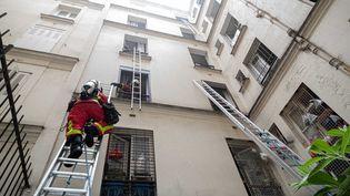 Les pompiers interviennent sur les lieux d'un incendie survenu le vendredi 17 juillet 2020 dans le quartier de Belleville, à Paris. (PASCAL BURNER / BSPP / FRANCEINFO)