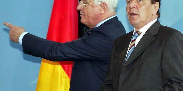 Le père de la réforme du marché du travail Peter Hartz (à gauche) avec le chancelier Schröder en 2002 (WOLFGANG KUMM/AFP)