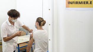Dans un centre de vaccination contre le Covid-19 à Cayenne (Guyane), le 30 mars 2021. (JODY AMIET / AFP)