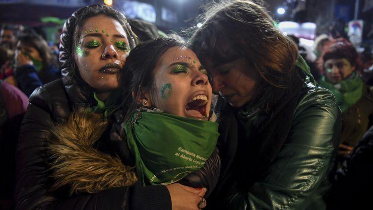 Les militants pour la légalisation de l'avortement en Argentine sont déçus, le 9 août 2018, à Buenos Aires. (EITAN ABRAMOVICH / AFP)