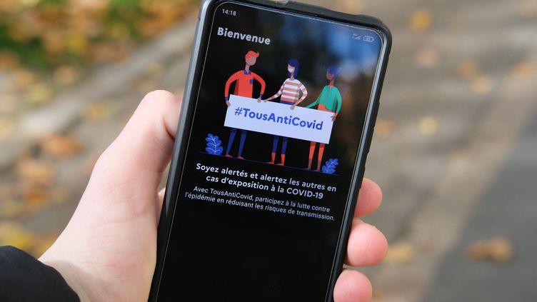 Mi-avril 2021, l'application TousAntiCovid avait été téléchargée par près de 14,7 millions de personnes depuis le 2 juin 2020, et avait notifié à 171 107 personnes un risque d'exposition au Covid-19. (NICOLAS LEPAGNOT / HANS LUCAS / AFP)