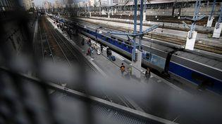 Des passagers embarquent à la gare Montparnasse lundi 31 juillet, alors que le trafic reste perturbé en raison d'une panne de signalisation. (LIONEL BONAVENTURE / AFP)