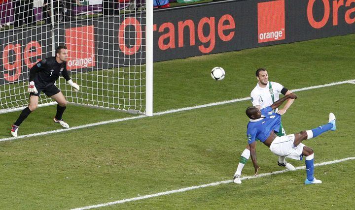 Mario Balotelli a marqué son premier but de la compétition face à l'Eire, le 18 juin 2012 à Poznan (Pologne), d'une superbe reprise de volée. (BARTOSZ JANKOWSKI / REUTERS)
