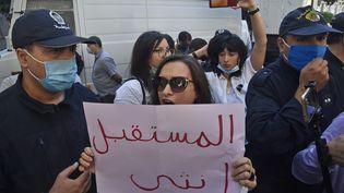 Des Algériennes manifestent à Alger, le 8 octobre 2020, pour dénoncer le viol et le meurtre de Chaïma, une jeune fille de 19 ans et de 38 autres femmes depuis le début de l'année dans le pays. (RYAD KRAMDI / AFP)