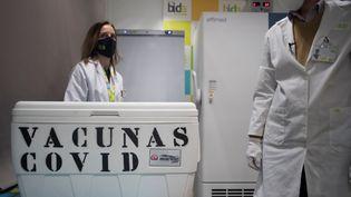 Des techniciens dans un laboratoire devant un stock de vaccinPfizer-BioNTech, le 21 janvier 2021, à Santa Fe, près deGrenade en Espagne. (JORGE GUERRERO / AFP)