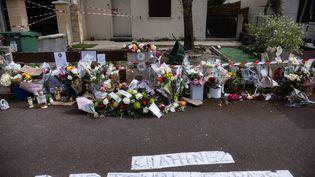 Des fleurs en hommage à Chahinez, 31 ans, à l'endroit où elle a été tuée par son mari à Mérignac (Gironde), le 7 mai 2021. (STEPHANE DUPRAT / HANS LUCAS / AFP)