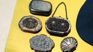 Différents porte-monnaies (argent niellé,à décor bimétallique,à décor de chaînettes d'acier tressé,en aluminium moulé,moulé en alliage argenté en forme de coquille. Collection Joannis-Deberne (THIERRY CARON / DIVERGENCE-IMAGE)