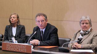 Jacqueline Gourault (à droite), François Bayou (au centre) et Marielle de Sarnez (à gauche) lors d'une conférence de presse du MoDem à Paris. (PIERRE VERDY / AFP)