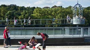 Les promeneurs peuvent se reposer en admirant le belvédère de Jean-Michel Othoniel à prpoximité de l'île Barbe au niveau de Caluire  (ITEM Corporate)