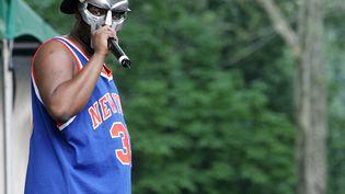 Le rappeur américain MF Doom, de son vrai nom Daniel Dumile, lors d'un concert à Central Park le 28 juin 2005 (PETER KRAMER / GETTY IMAGES NORTH AMERICA)