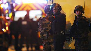 Des policiers déployés près du Bataclan, le 13 novembre 2015, à Paris. (CHRISTIAN HARTMANN / REUTERS)