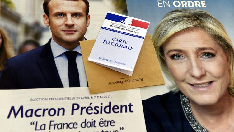 Les affiches des deux candidats à la présidentielle qui vont s'affronter le dimanche 7 mai. (ALEXANDRE MARCHI / MAXPPP)