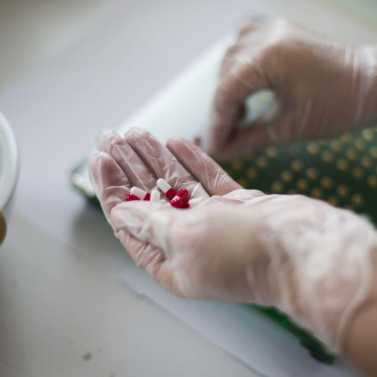 Préparation des médicaments dans la pharmacie d'un hôpital. (FRED DUFOUR / AFP)