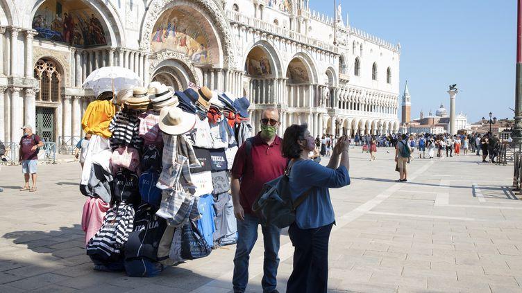A Venise, le 13 juin 2020, les visiteurs retrouvent la Place Saint-Marc et le Palais des Doges. (FEDERICO VESPIGNANI / ANADOLU AGENCY)