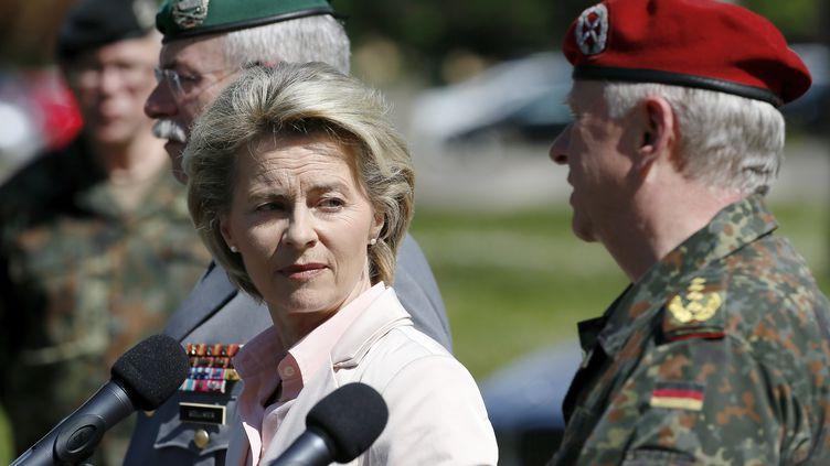 La ministre allemande de la Défense, Ursula von der Leyen, s'est rendue à la base militaire franco-allemande d'Illkirch-Graffenstaden (Bas-Rhin), près de Strasbourg, le 3 mai 2017. (RONALD WITTEK / EPA)