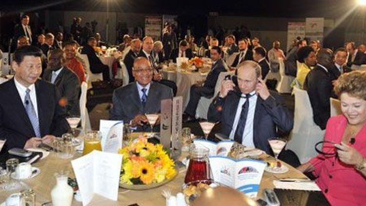Les présidentschinoisXi Jigping,sud-africain Jacob Zuma,brésilenDilma Rousseff et russe Vladimir Poutine,lors d'un déjeuner au cours du sommetdesBRICS, le 27 Mars 2013, à Durban. (AFP PHOTO/SOUTH AFRICAN GOVERNMENT/Jacoline Prinsloo)
