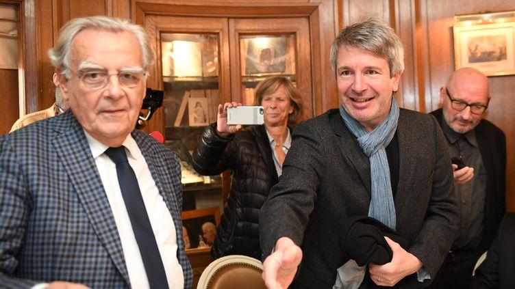 Bernard Pivot (à gauche) et Eric Vuillard, lauréat du Goncourt 2017, le 6 novembre 2017 au restaurant Drouot à Paris. (ERIC FEFERBERG / AFP)