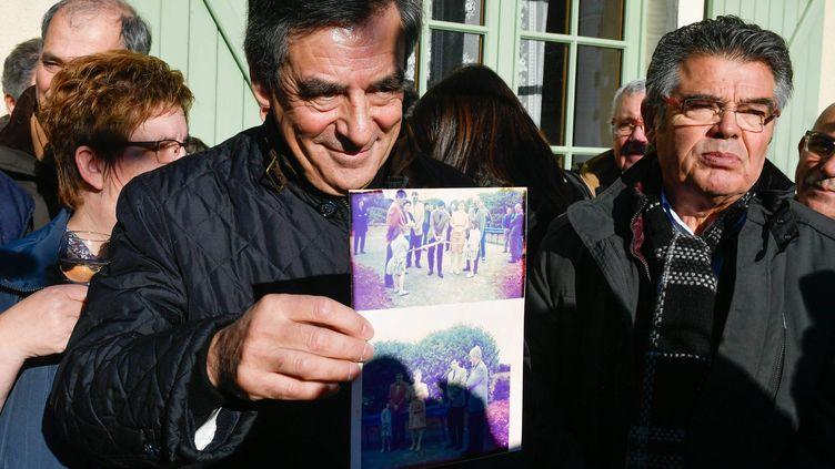 François Fillon à Chantenay-Villedieu (Sarthe), là où il a mené sa première campagne législative en 1981 (FRANCK DUBRAY / MAXPPP)