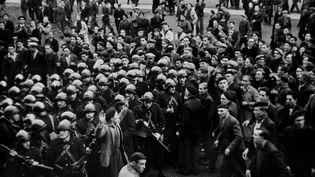 Aprèsl'emprisonnement de sept de leurs camarades, des mineurs grévistes affrontent les CRS devant la sous-préfecture de Béthune (Nord), le 22 octobre 1948. (NTERNATIONAL NEWS PHOTOS (INP) / AFP)
