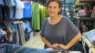 Zoe Ragavi dans une de ses boutiques de vêtements Unity à Athènes. (ELISE LAMBERT/FRANCETV INFO)
