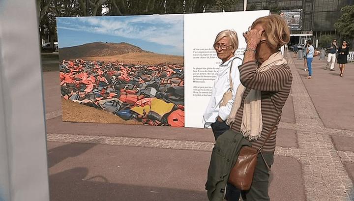 """La photo des """"faux gillets"""" de sauvetage de Samuel Bollendorff résonne comme un symbole terrifiant de la crise des migrants  (France 3 / Culturebox )"""