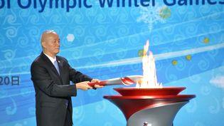 Le chef du parti communiste chinois (CPC), Cai Qi, a reçu la flamme olympique lors d'une cérémonie à Pékin le mercredi 20 octobre 2021. (POOL FOR YOMIURI / YOMIURI pour AFP)