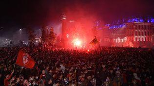 Les supporters de football lillois célébrent le titre de champion de France décroché par le Losc, dimanche 23 mai, à Lille (Nord). (FRANCOIS LO PRESTI / AFP)