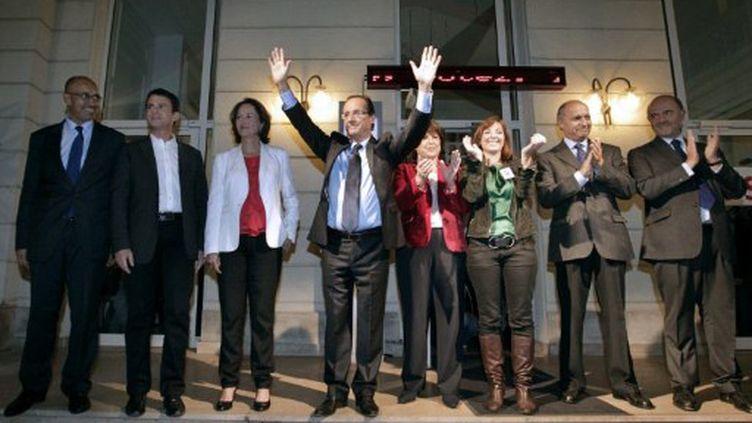 François Hollande, entouré d'Harlem Désir, Manuel Valls, Ségolène Royal, Martine Aubry, Laurianne Deniaud (MJS), Laurent Fabius et Pierre Moscovici (THOMAS SAMSON / AFP)