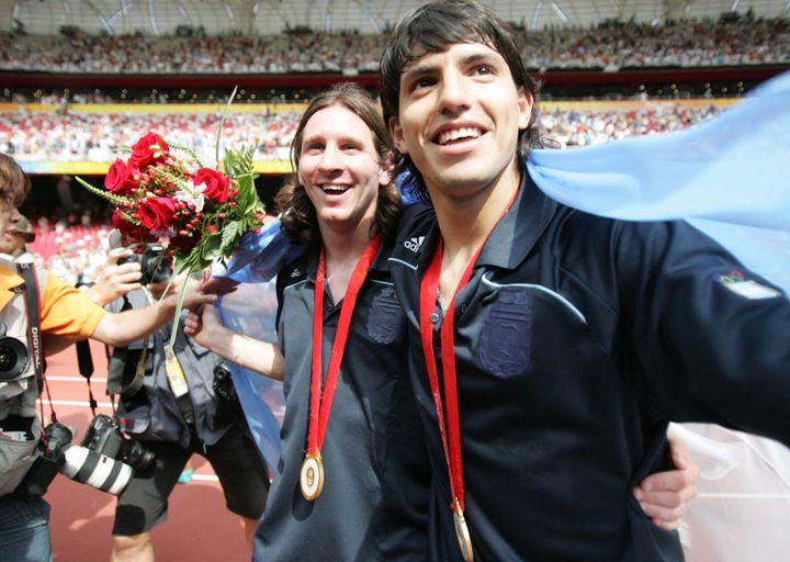 Lionel Messi y Sergio Agüero tras ganar la Final del Torneo Olímpico de Fútbol en Beijing, para los Juegos Olímpicos de 2008 (CHEN JIANYU / IMAGINECHINA)