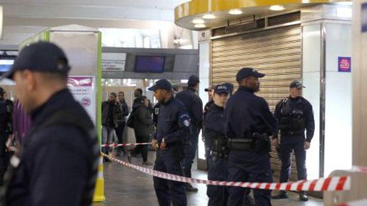 Policiers surveillant l'endroit où un homme armé d'un cutter a attaqué un militaire en train de patrouiller dans la station de RER La Défense, près de Paris (25-3-2013). (AFP - François Guillot)