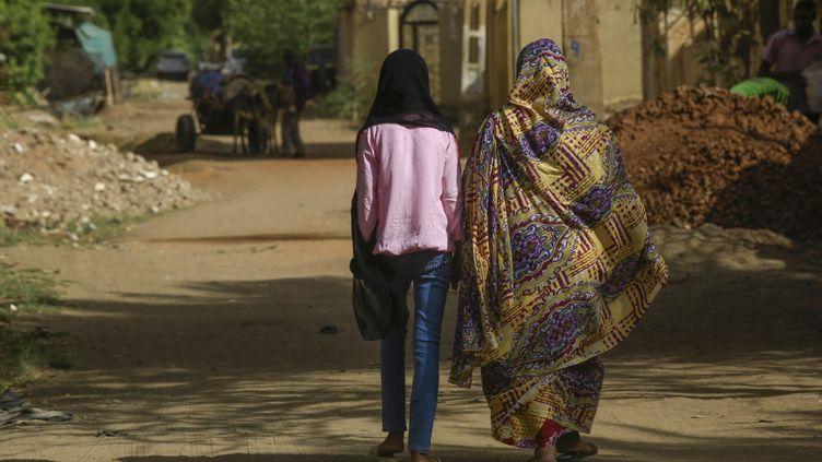 Deux femmes marchent à Khartoum, la capitale du Soudan, le 5 mai 2020. (ASHRAF SHAZLY / AFP)