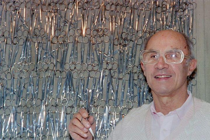 André Courrèges dans son atelier parisien en 1987  (PIERRE GUILLAUD)