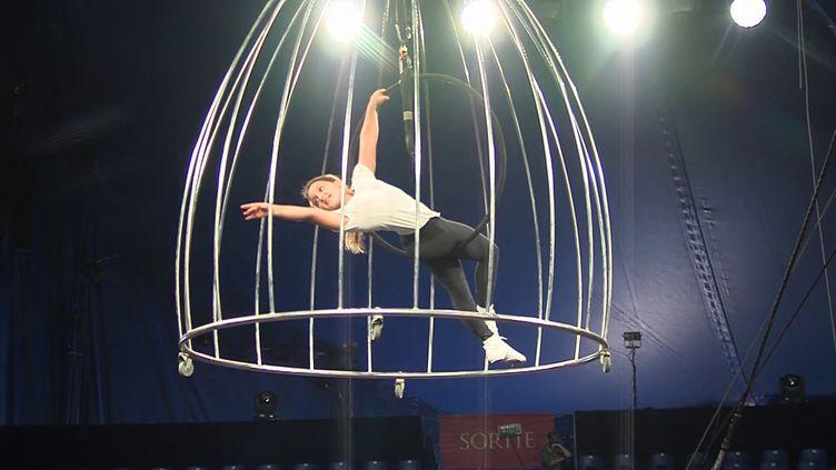 Dernières répétitions pour la troupe du cirque Gruss avant la première de son nouveau spectacle et le début d'une grande tournée . (CAPTURE D'ÉCRAN FRANCE 3)