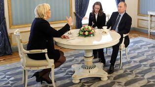 Marine Le Pen rencontreVladimir Poutine à Moscou (Russie), le 24 mars 2017. (MIKHAIL KLIMENTYEV / SPUTNIK)