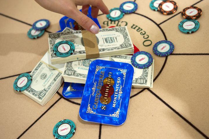 Les jetons de casino et les liasses de dollars de CasinoRoyal sont au catalogue de cette vente. (ADRIAN DENNIS / AFP)