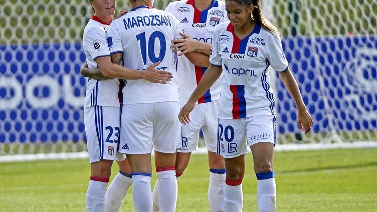 Les Lyonnaises Camille Abily, Delphine Cascarino, Dzsenifer Marozsan et Corinne Petit heureuses (STEPHANE GUIOCHON / MAXPPP)