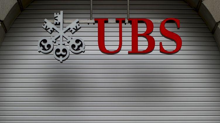 Devant une agence UBS à Zurich (Suisse), en octobre 2011. (FABRICE COFFRINI / AFP)