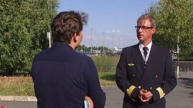 Capture d'acran montrant le pilote d'Air France grévisteGuillaume Pollard à Roissy-Charles-De-Gaulle le 16 septembre 2014 ( FRANCE 2)