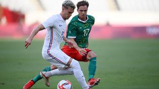 Clément Michelin à la lutte avec Sebastian Cordova lors du match France-Mexique des JO de Tokyo 2021. (FRANCK FIFE / AFP)